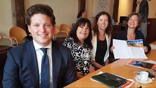 Gerdien Rots (rechts) met het coalitieakkoord