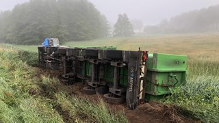 Vrachtwagencombinatie ligt gekanteld in de berm bij Lemelerveld