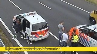 Verward persoon in de boeien geslagen langs de A1 bij Deventer