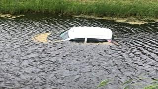 De auto is het water in gerold