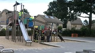 Brandweer bevrijdt meisje uit speeltoestel in Almelo