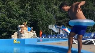 Jonge asielzoekers wijzen in flitsende filmpjes leeftijdsgenoten op de gevaren van water