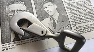 de parachutehaak van gewonde soldaat John Cornish