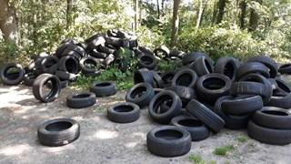 De gedumpte autobanden