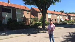 Barbara Roelofs voor de haagbeuk die prominent op de stoep voor haar woning staat