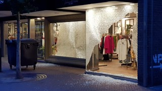 Twee ramen ingegooid bij winkel centrum Enschede