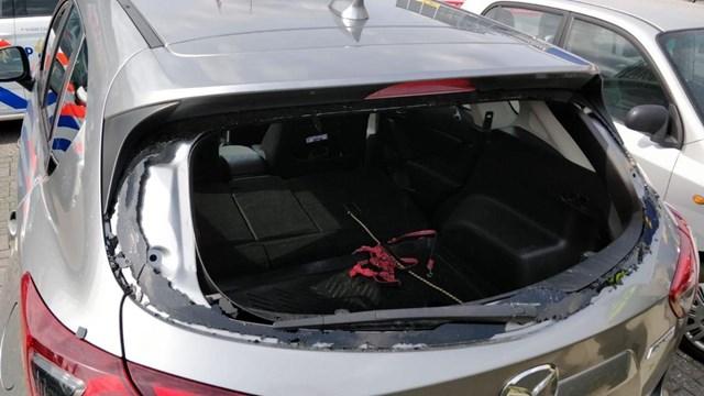 Politie bevrijdt hond uit auto bij Ikea Hengelo - fotograaf: News United \\ Jack Huygens
