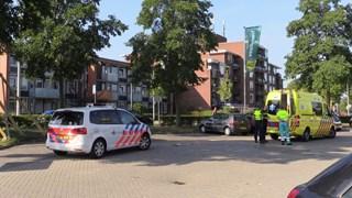 De fietser is met onbekend letsel naar het ziekenhuis vervoerd