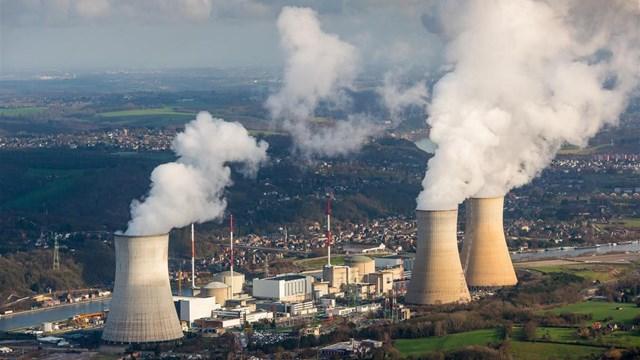 Luchtfotografie van de kerncentrale Tihange in Belgie, 40 kilometer ten zuiden van Maastricht - fotograaf: ANP / Bram van de Biezen