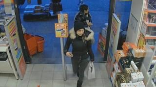 Deze vrouwen pinnen in Deventer met de bankpas van een oude vrouw