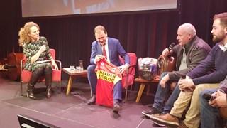 Deventer Overlevers geven GAE-shirt aan Asscher