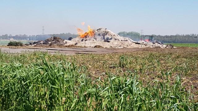 De brandweer heeft het vuur in Schuinesloot niet geblust - fotograaf: RTV Drenthe / Nico Swart