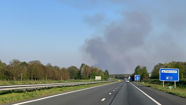 Donkere wolken door veenbrand over de grens bij Losser - fotograaf: 112 Oldenzaal