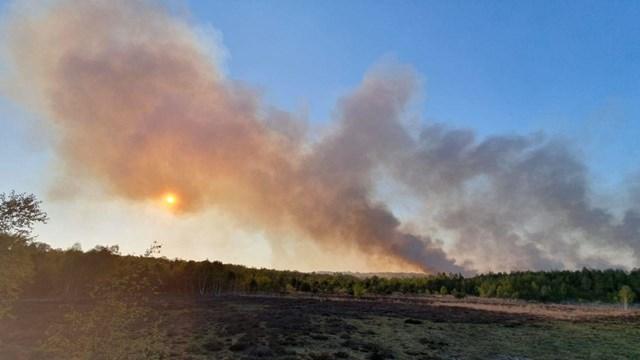 Donkere wolken door veenbrand over de grens bij Losser - fotograaf: News United / Dennis Bakker