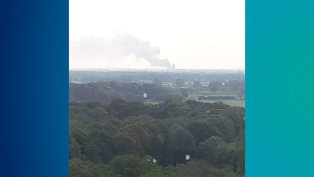 De rookwolken zijn vanuit Deventer te zien - fotograaf: Jan Geerdink, torenkraan-machinist bij Dura-vermeer. Nieuwbouw Van der Valk hotel te Deventer.