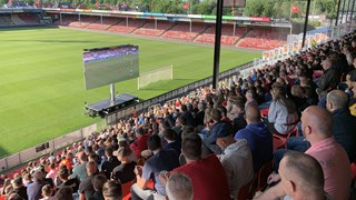Tussen de 1.500 en 2.000 fans kijken bij de Adelaarshorst naar RKC - Go Ahead Eagles