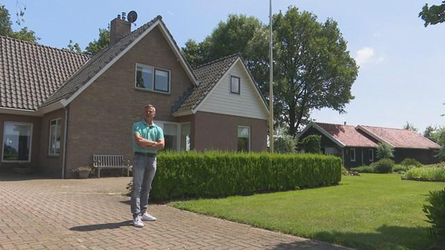 De schotel kan van het dak bij de familie Reinders - fotograaf: Simon Dirk Terpstra