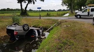 Auto op de kop in de sloot bij ongeluk in Staphorst