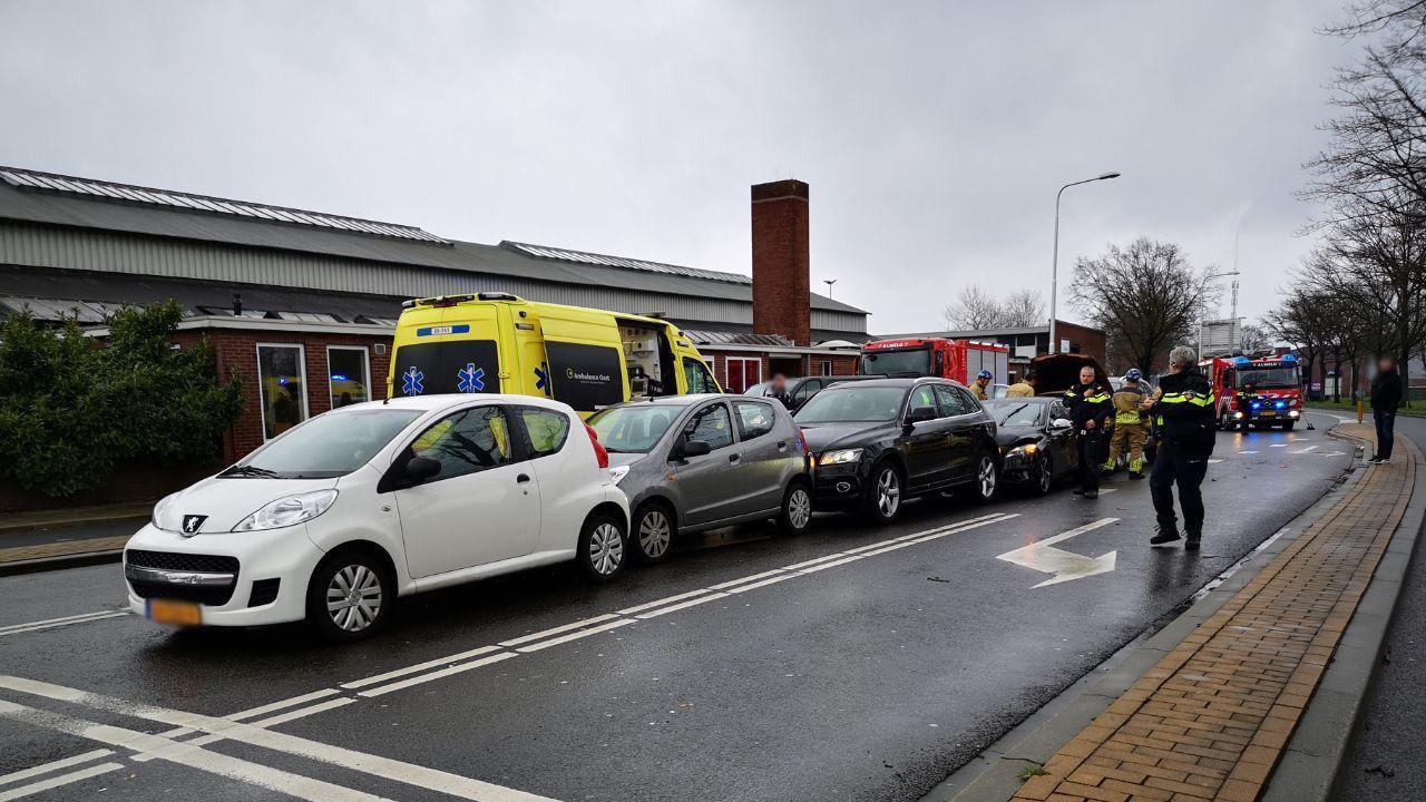 Kettingbotsing met vijf autos in Almelo.