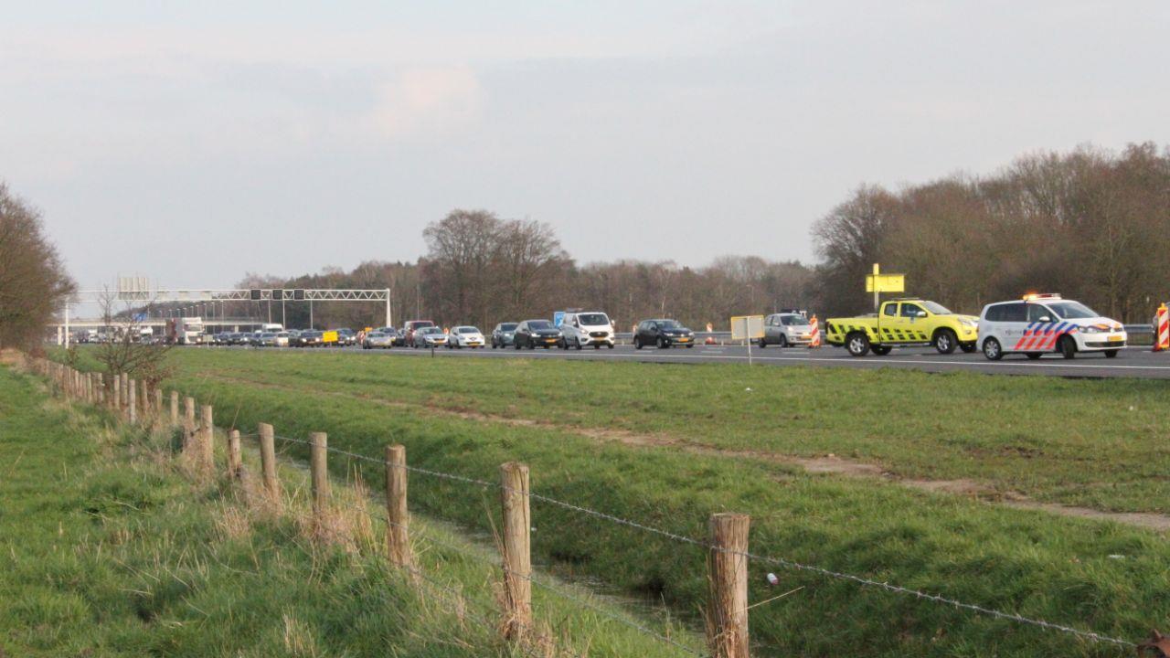 Aanrijding tussen drie autos bij Bathmen veroorzaakt file op A1.