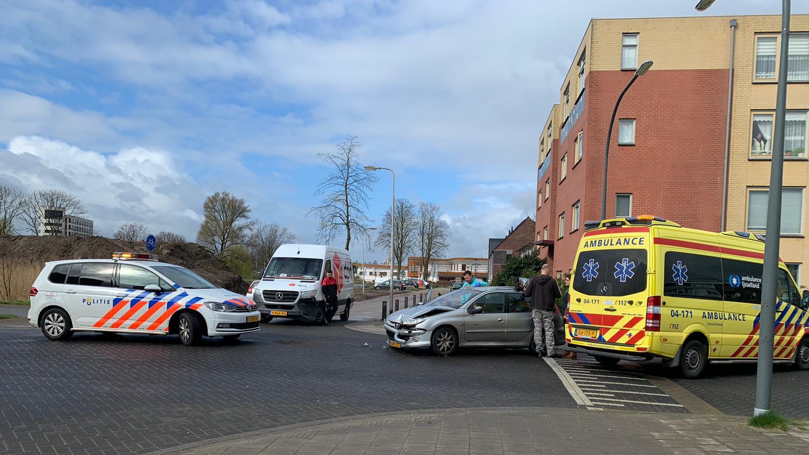 Botsing tussen personenauto en bestelbus in Deventer, één persoon gewond.