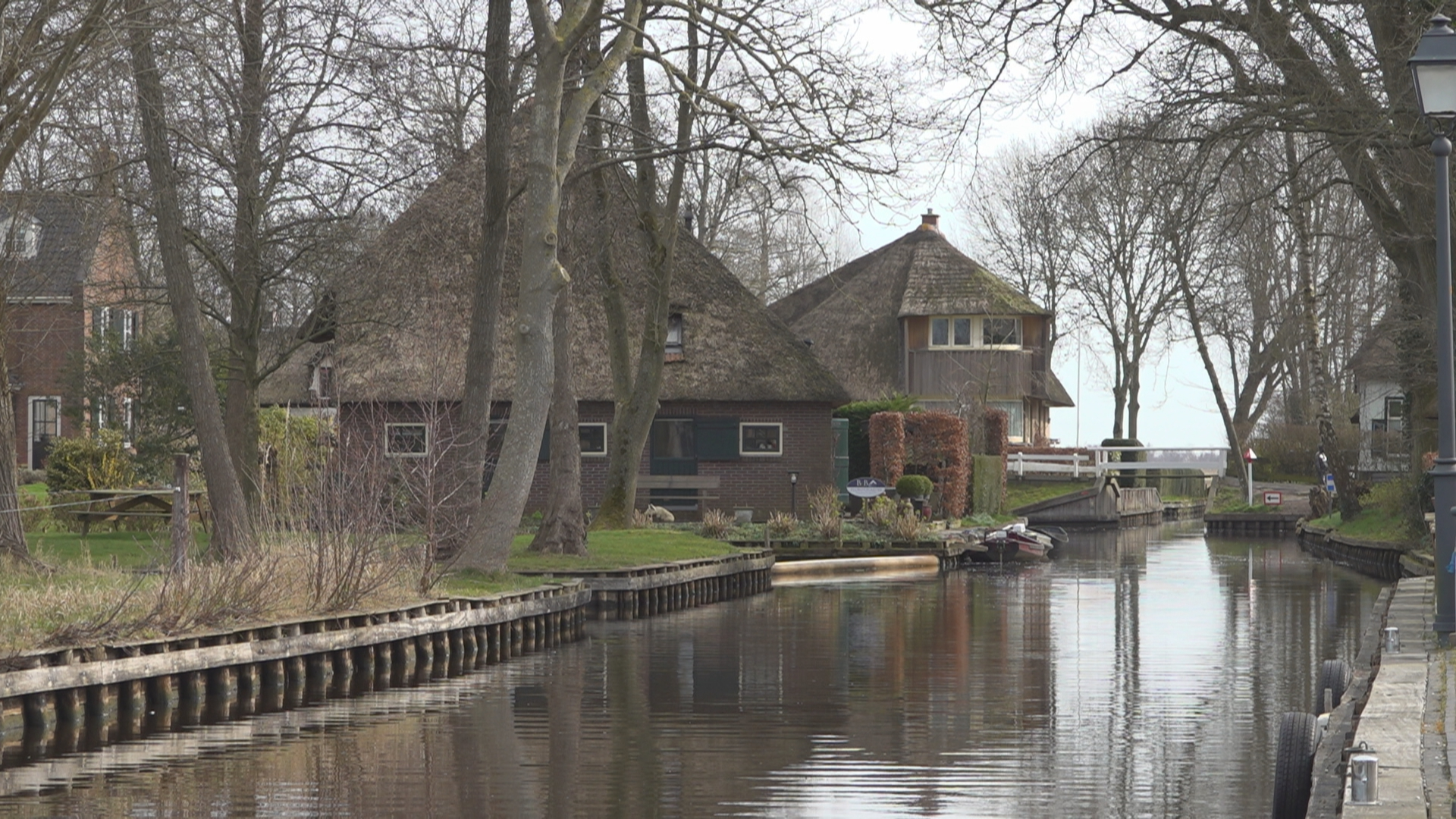 Uitzonderlijk stil in Giethoorn; toeristen blijven thuis en geven gehoor aan corona-maatregelen