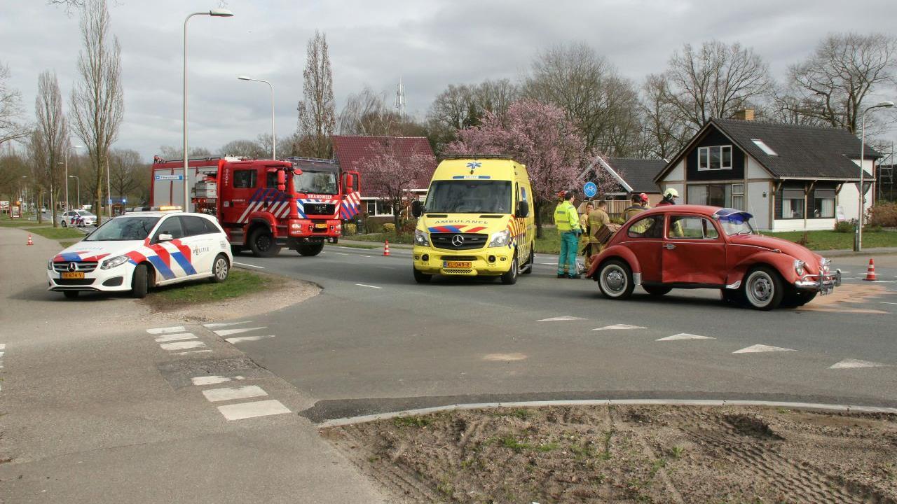 Oude Kever raakt flink beschadigd bij ongeluk op N344 bij Holten.