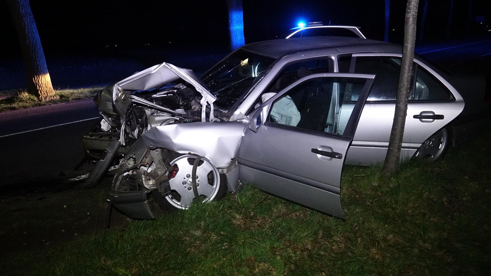 Automobilist gewond na frontale botsing tegen boom bij Hardenberg.