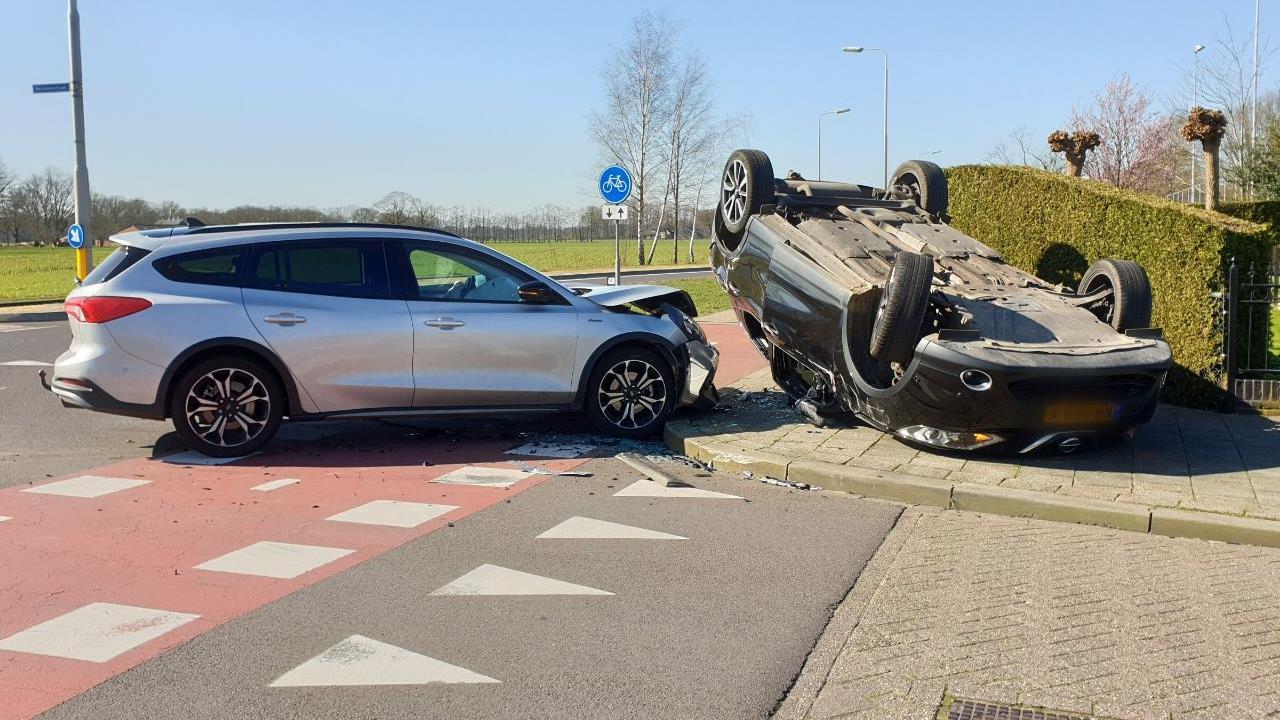 Auto over de kop bij botsing in Hengevelde.