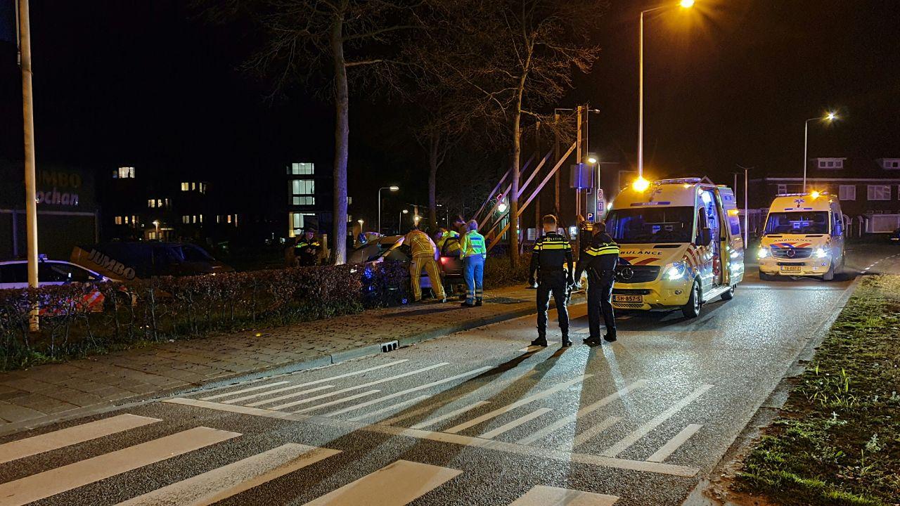Bestuurder moet na ongeluk uit auto geknipt worden in Enschede.