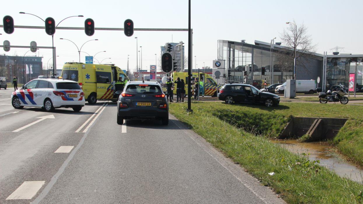 Drie gewonden bij botsing tussen autos in Almelo.