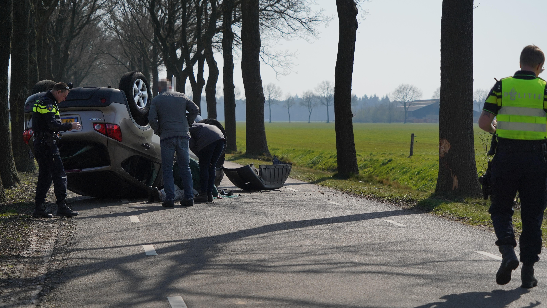 Auto over de kop na botsing tegen boom in Ommerkanaal.