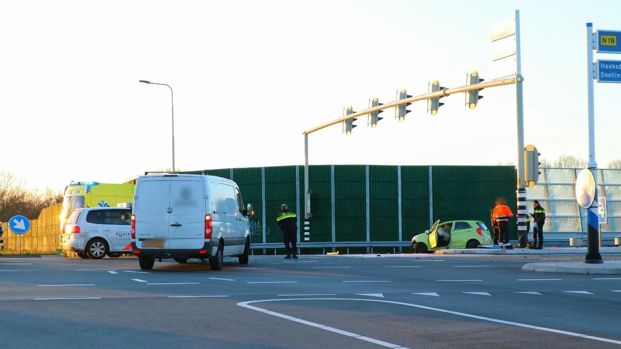 Chaos op kruising N18 bij Grolsch in Enschede na ongeluk.