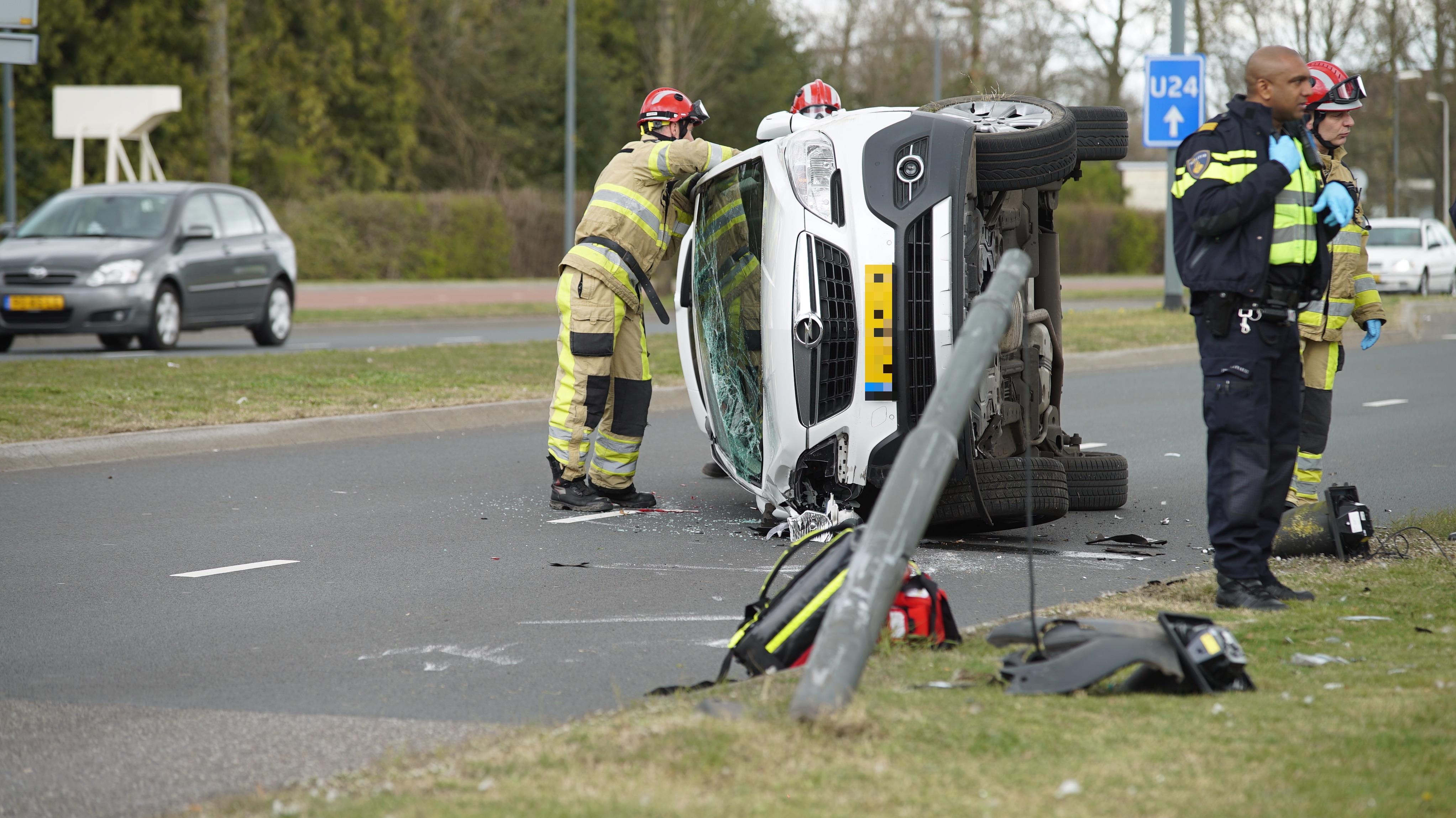 Auto in Deventer gelanceerd door botsing met paal, het verkeer wordt omgeleid.