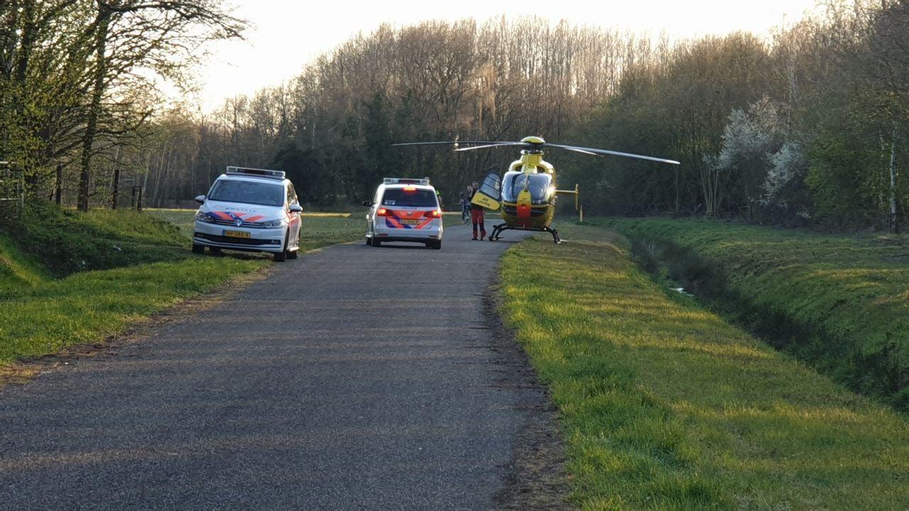 Man met spoed naar ziekenhuis na ongeluk met crossmotor op eigen terrein in Hengelo.