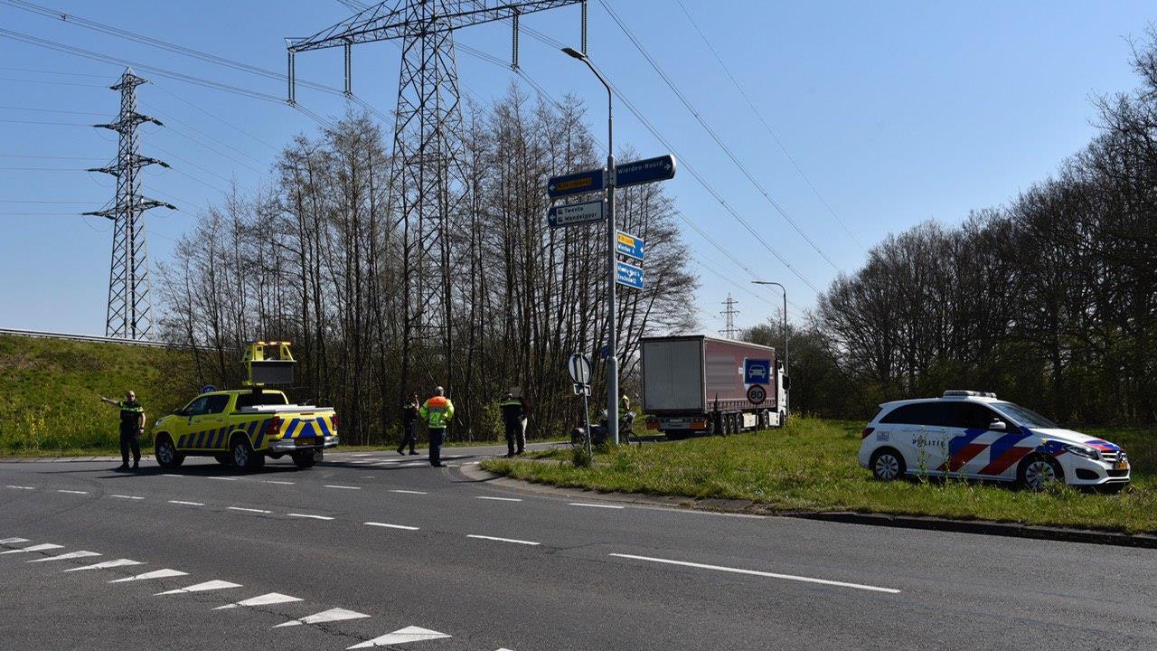 Vrouw op fiets aangereden door vrachtwagen in Almelo.