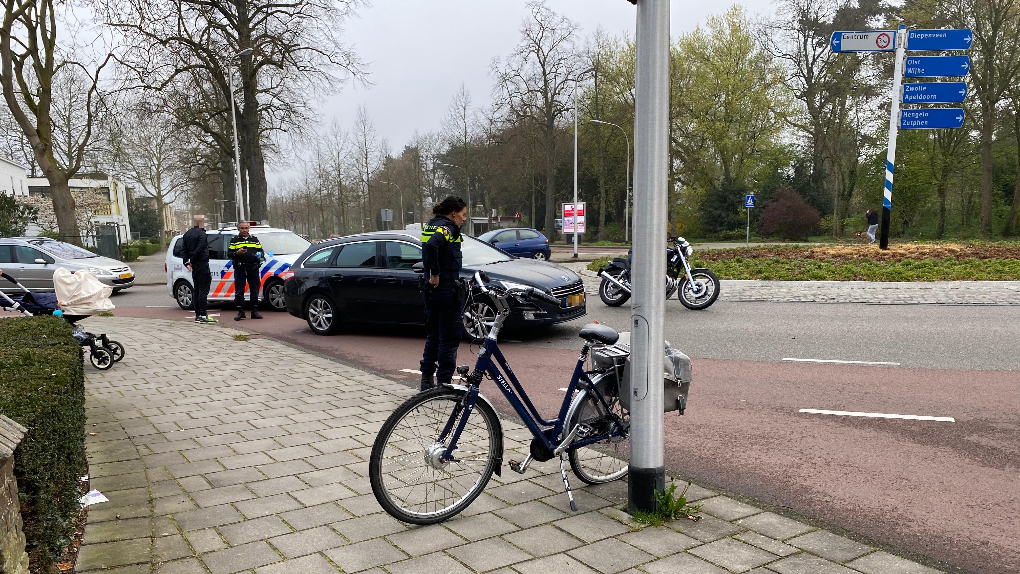 Fietser gewond bij aanrijding op rotonde in Deventer.
