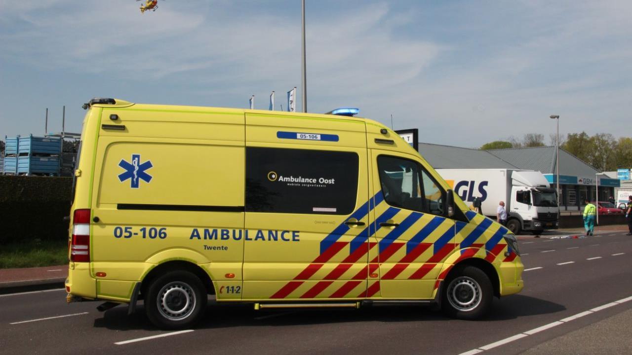 Fietser raakt ernstig gewond bij ongeluk met vrachtwagen in Rijssen.