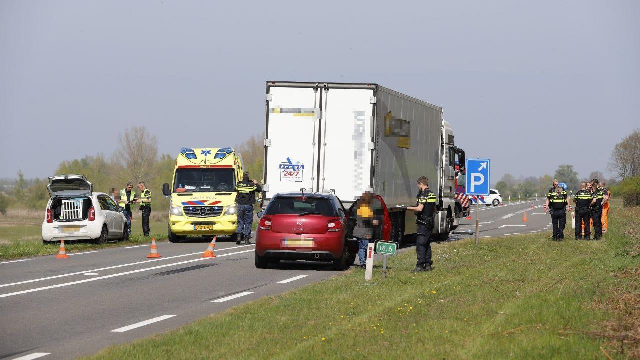Automobilist overleden bij frontale botsing met vrachtwagen op N337 bij Wijhe.