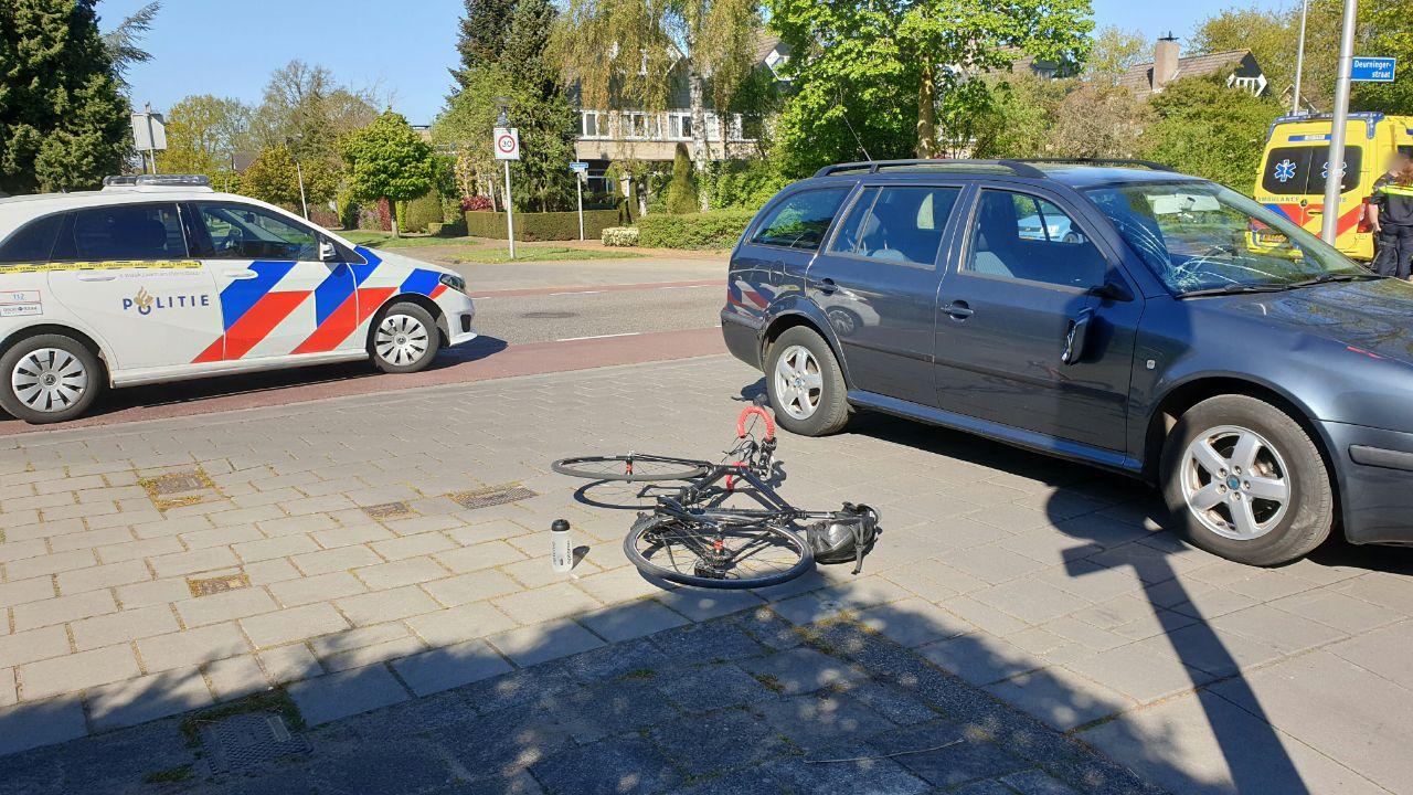 Wielrenster raakt gewond na aanrijding met automobilist in Enschede.