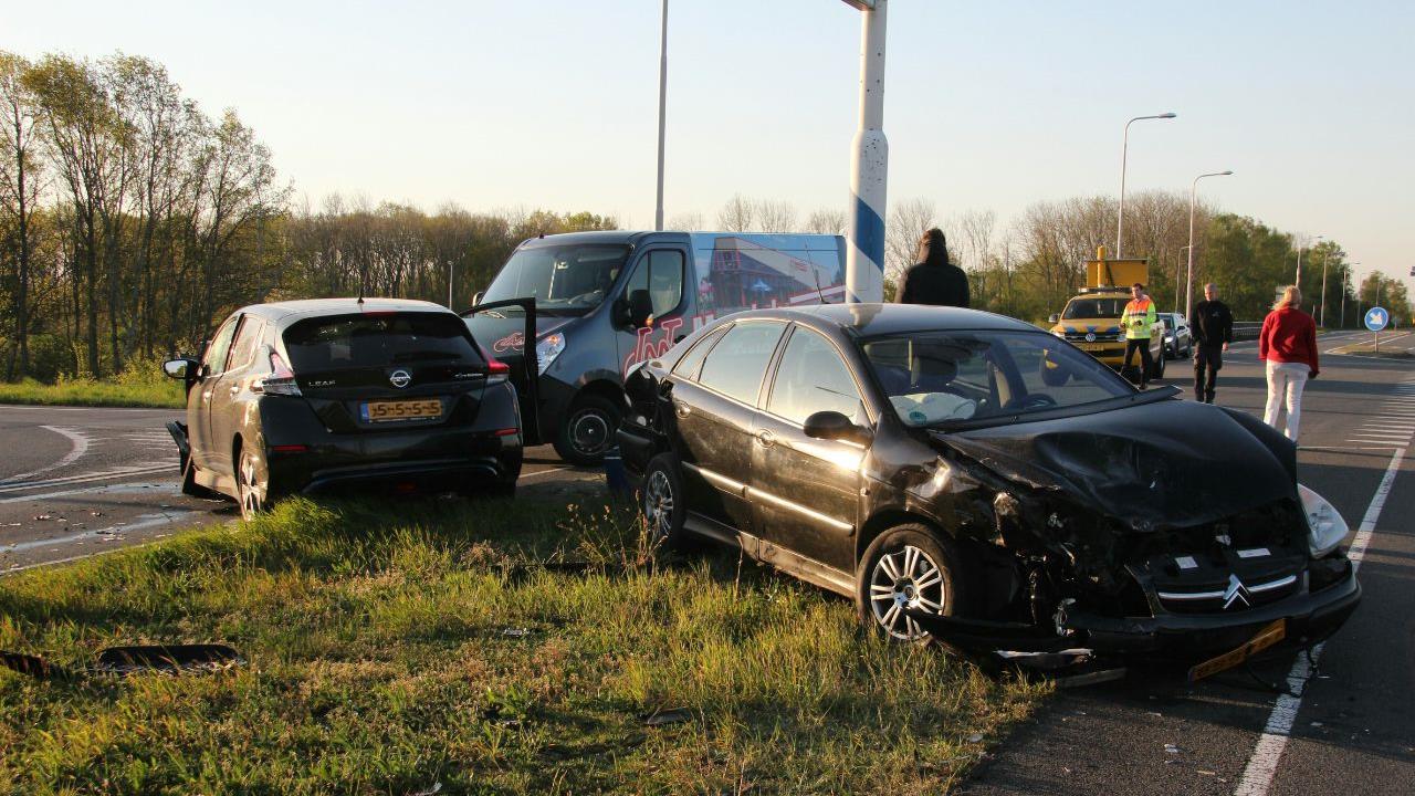 Autos flink beschadigd bij aanrijding op N332 bij Holten.