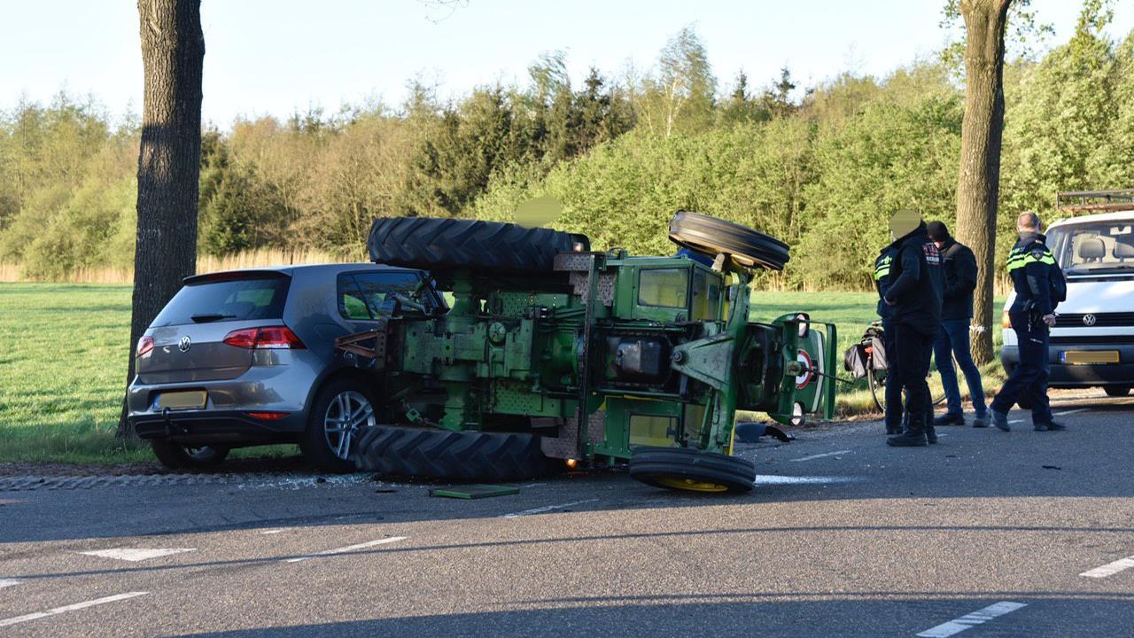 Tractor slaat om bij aanrijding met auto in Vriezenveen.