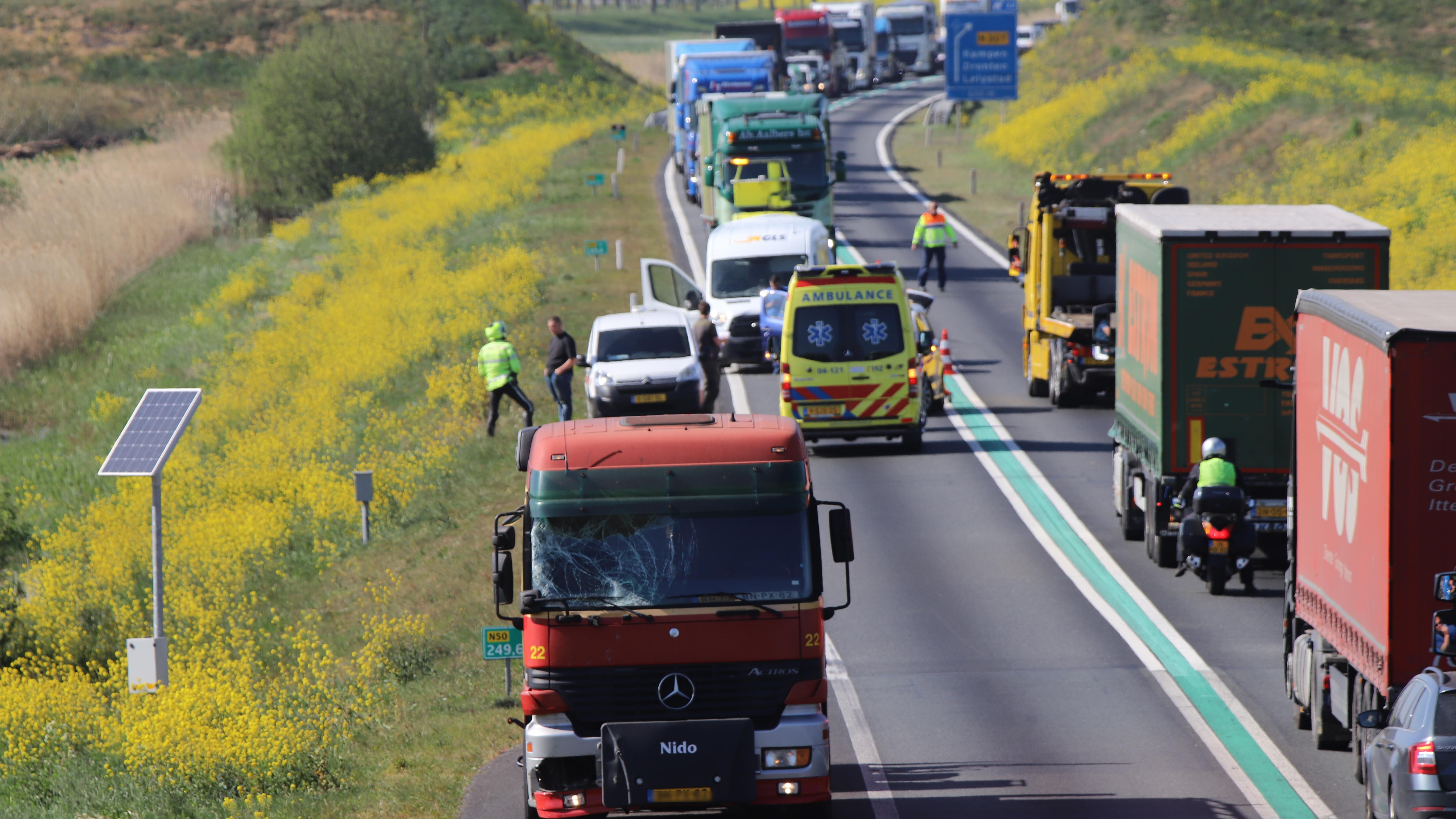 Forse file op N50 bij Kampen door ongeluk.