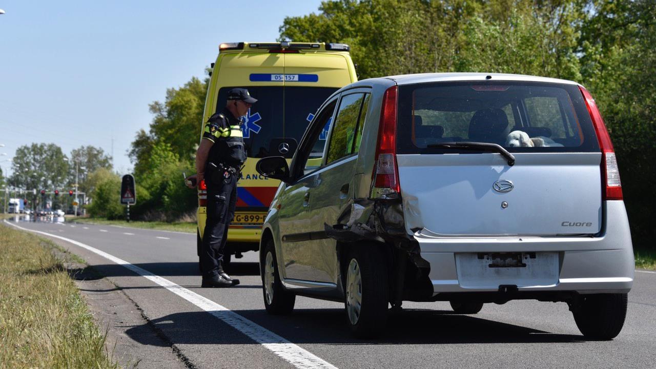Vrouw raakt gewond bij botsing met twee autos in Almelo.