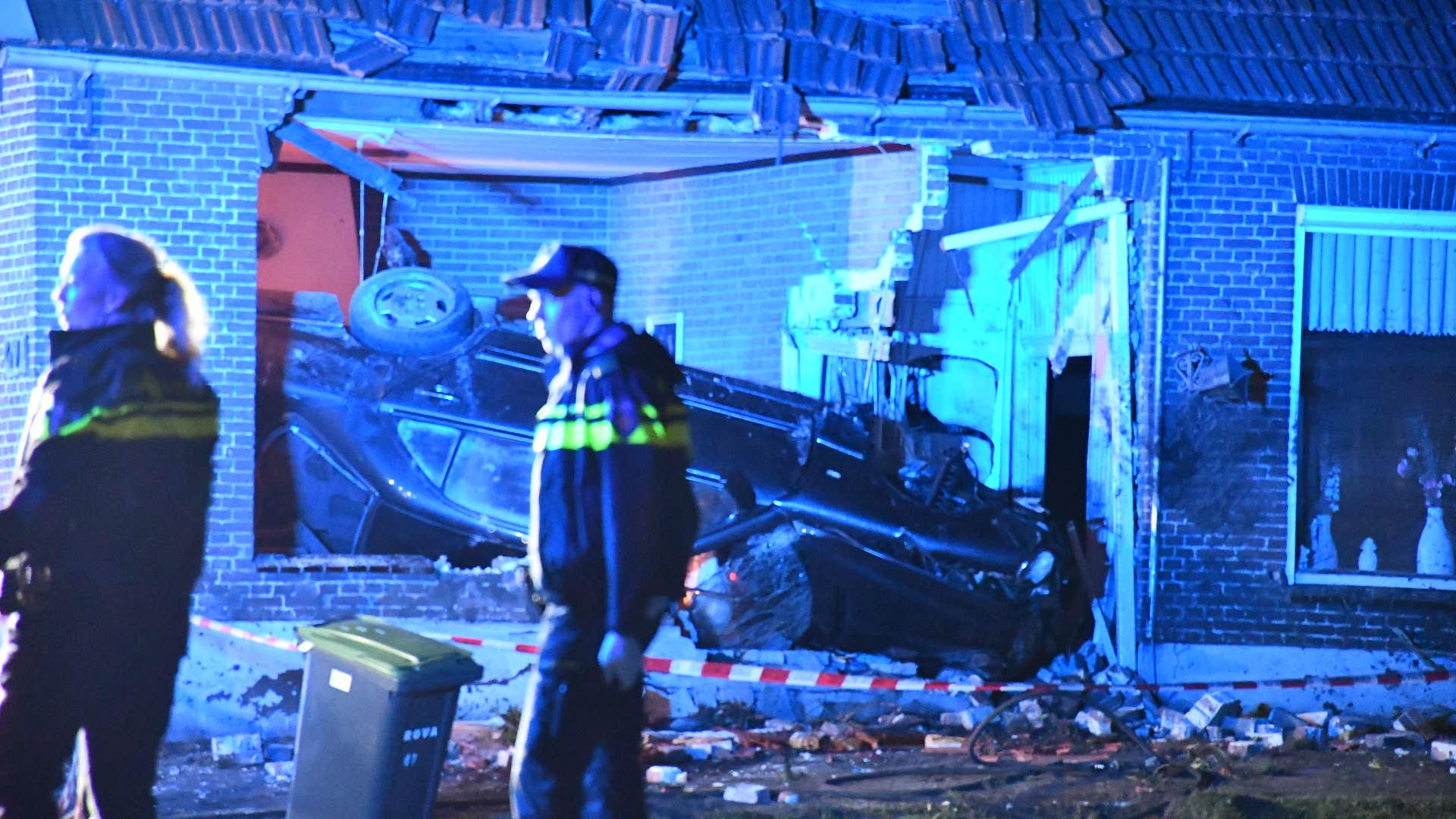 Drie gewonden bij bizar ongeluk in Bergentheim: auto rijdt woning binnen na achtervolging.