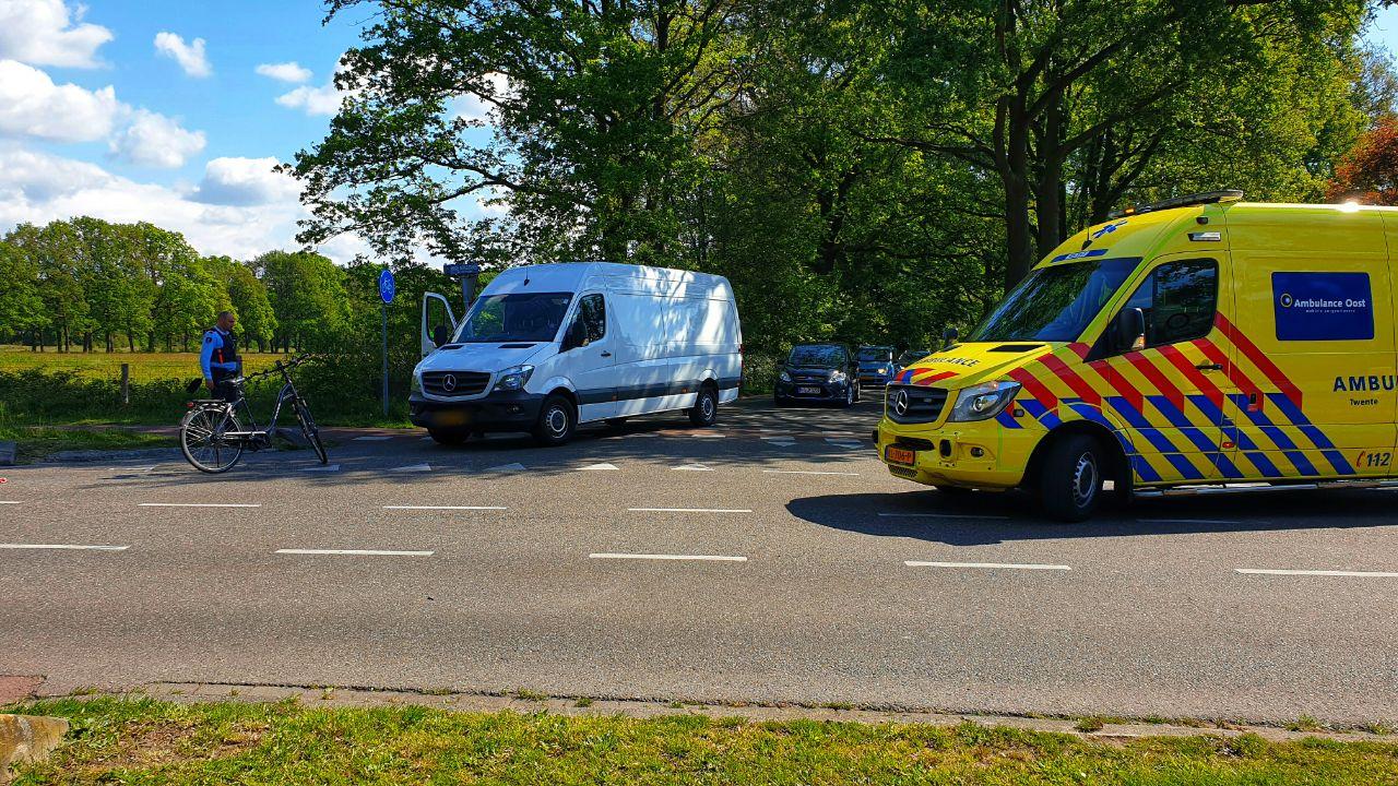 Fietser gewond bij aanrijding met busje in Enschede.