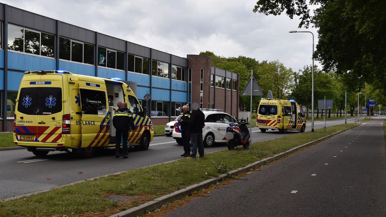 Fietser gewond bij botsing met scooter in Almelo.