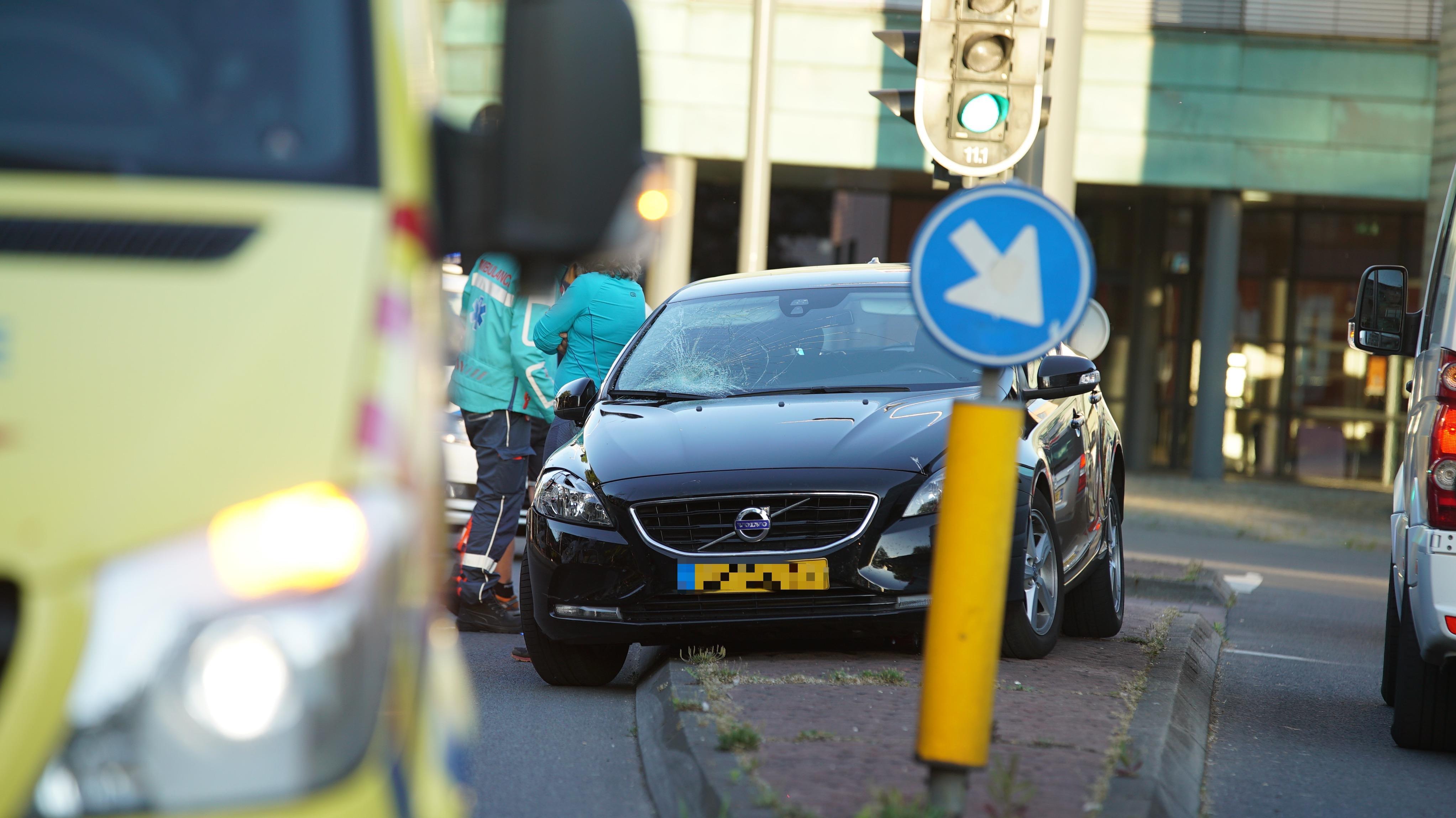 Ernstig ongeluk in Deventer, auto schept fietser en twee voetgangers.