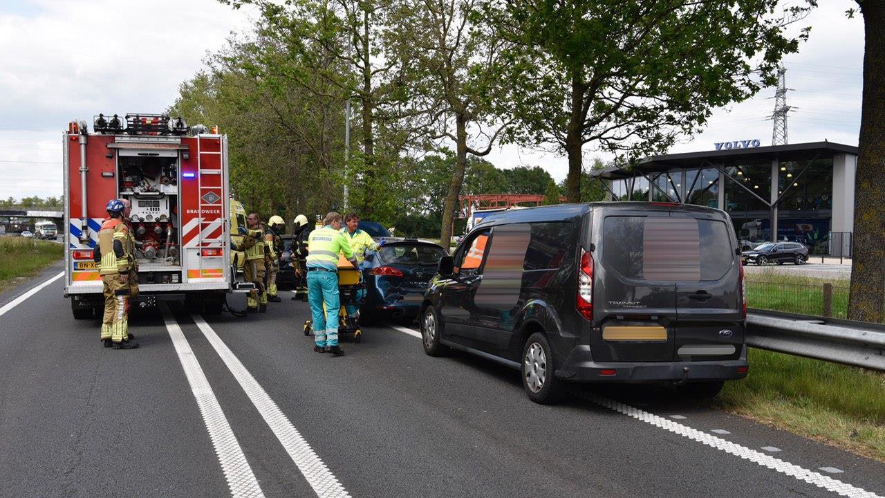 Kettingbotsing met drie autos op N36 bij Wierden.