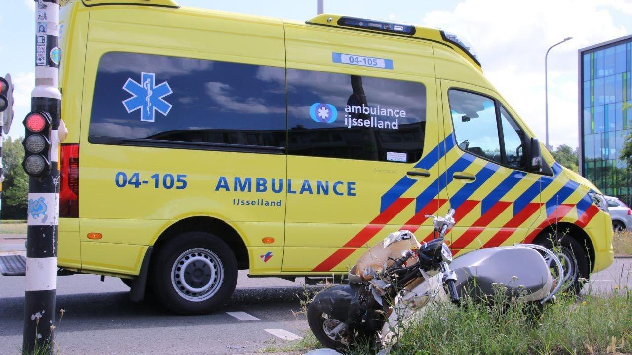 Scooterrijder raakt gewond bij aanrijding in Zwolle.